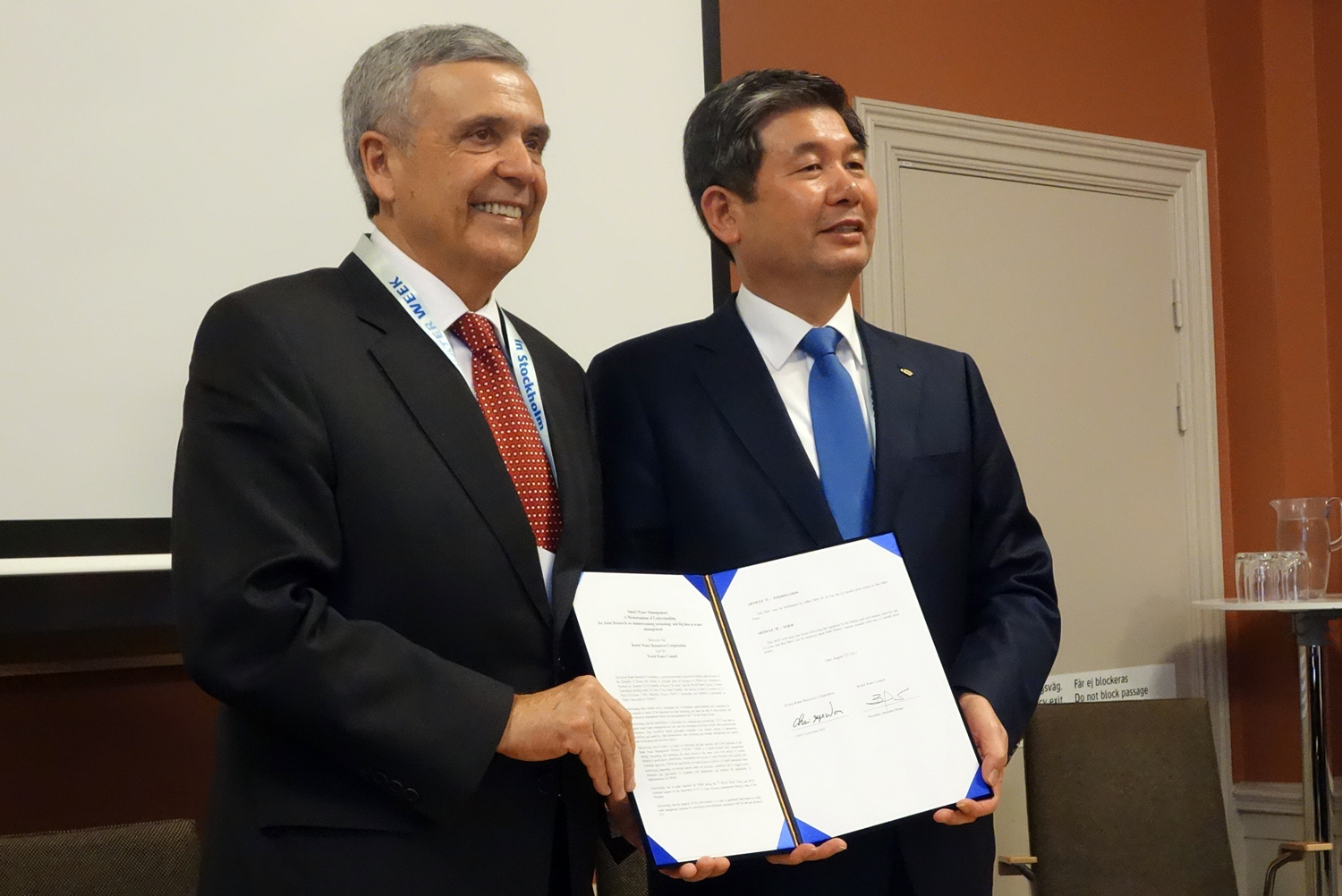 World Water Council President Benedito Braga and K-Water CEO Gyewoon Choi, Signature of the MoU on the Sustainable Water Management Initiative (SWMI), Stockholm, Sweden, 23 August 2015