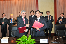 Signature of the prolongation of the Memorandum of Understanding between the Ministry of Water Resources of China and the World Water Council, Beijing, 23 September 2014  ©MWR ChinaMr. Chen Lei, Minister of Water Resources (right) and World Water Council President Benedito Braga ©MWR China