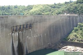 Kariba dam, between Zambia and Zimbabwe, serves for electricity generation, agricultural development, and fish farming. © creative commons stu